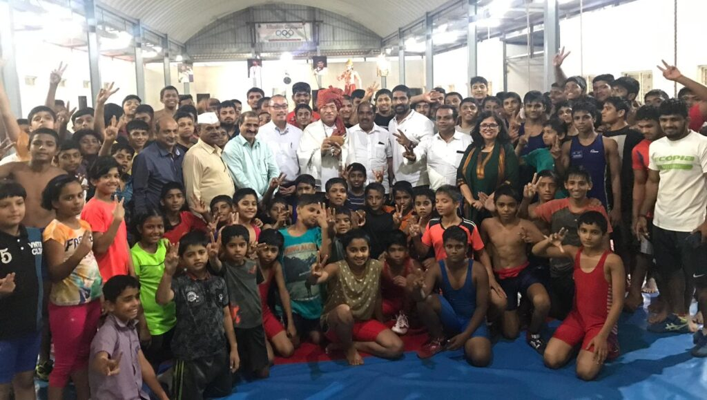 インドのマハラシュトラ州のレスリングのクラブチームのメンバーと合同写真に写る谷口和樹(2019年10月6日)